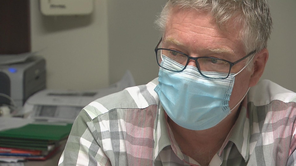 Daniel Beaulieu porte un masque dans son bureau.
