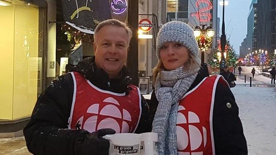 Daniel Bouchard et Brigitte Bureau de Radio-Canada sur la rue Sparks à Ottawa.