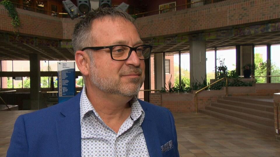 Daniel Champagne en entrevue à la Maison du citoyen.