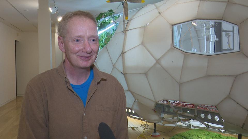 Daniel Corbeil en entrevue devant son oeuvre modulaire