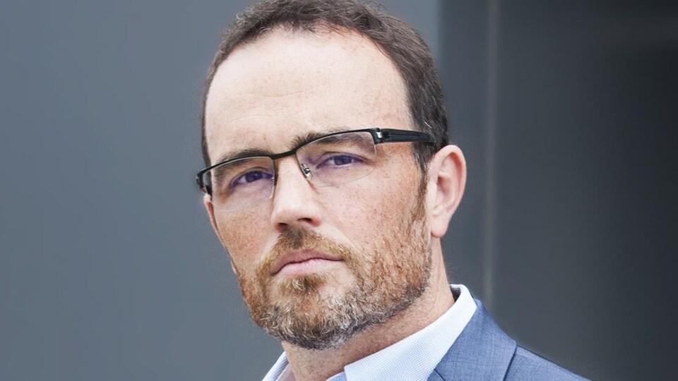 Un homme avec des lunettes.