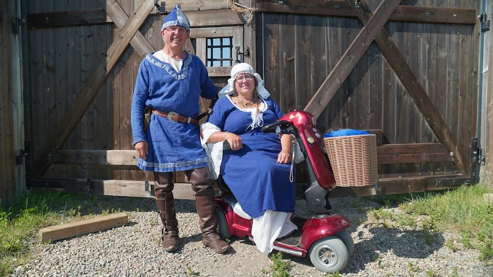 Daniel et Linda en habits du Moyen Âge.