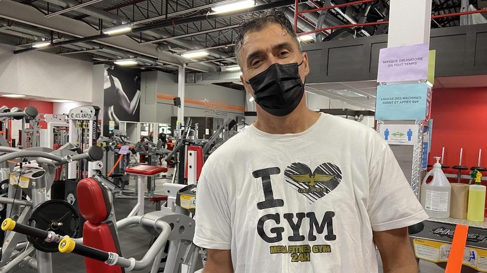 Daniel Marino prend la pause pour la caméra à l'intérieur de son centre d'entraînement.