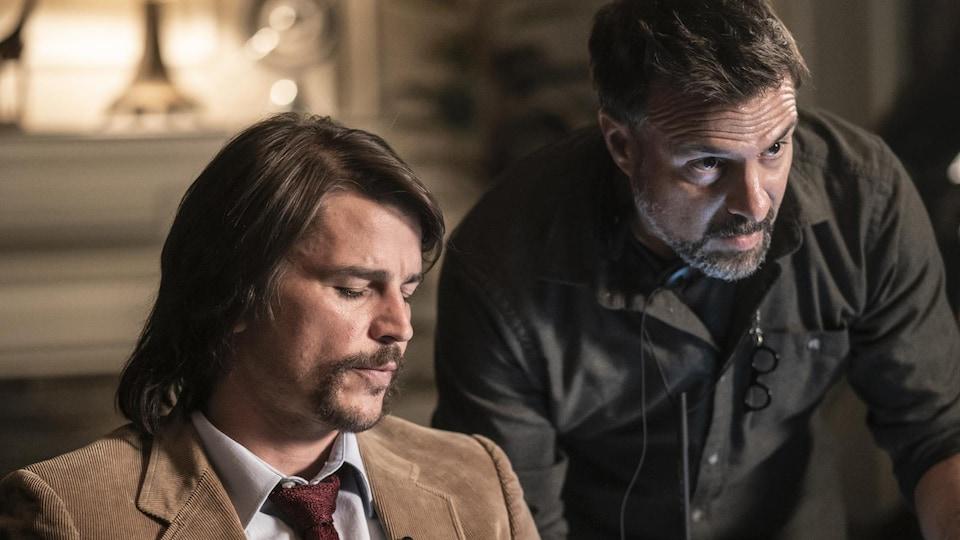 Le comédien Josh Hartnett, interprétant un journaliste, et le réalisateur Daniel Roby se parlent sur le plateau du film « Suspect numéro un ».