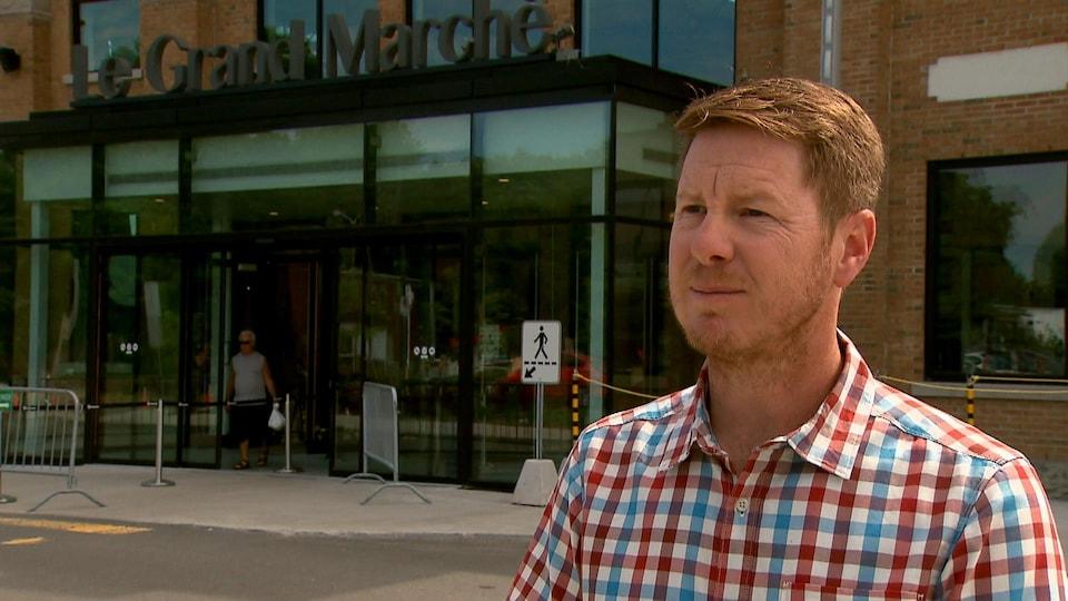 Daniel Tremblay accorde une entrevue à Radio-Canada à l'extérieur du Grand Marché.