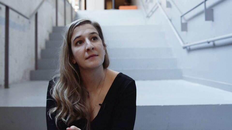 Portrait de la femme dans un escalier.