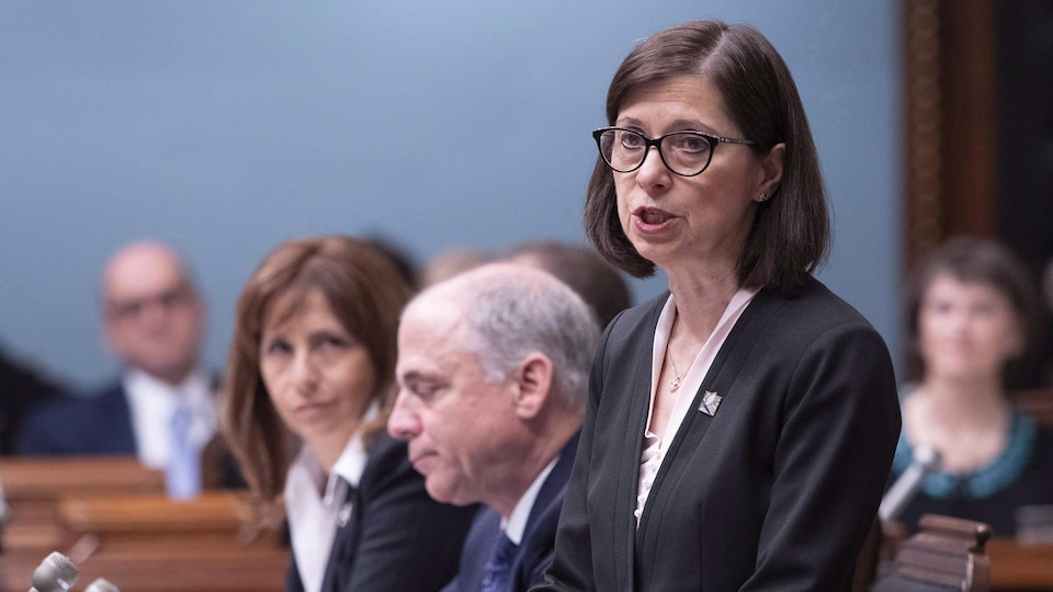 La ministre McCann répond à une question à l'Assemblée nationale.