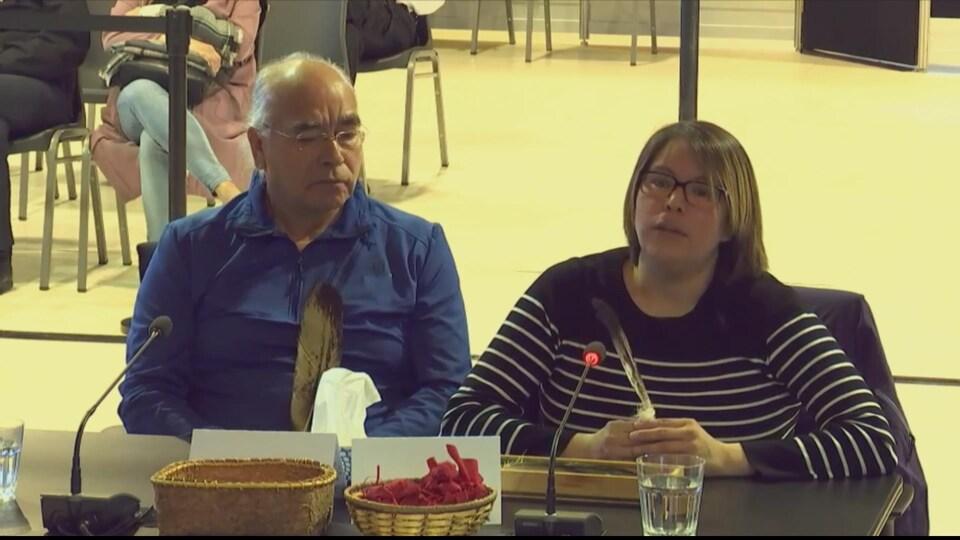 Danielle St-Onge témoigne devant la Commission Viens, son père à ses côtés.