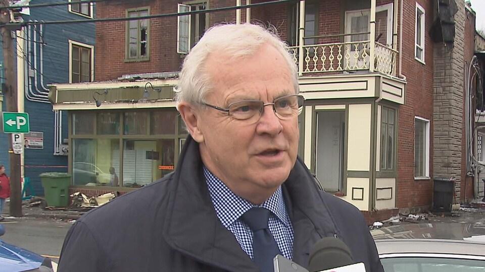 Le maire de Saint-Raymond, Daniel Dion, répond aux questions des journalistes.