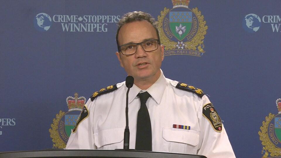 Danny Smyth devant un micro lors d'un point de presse.