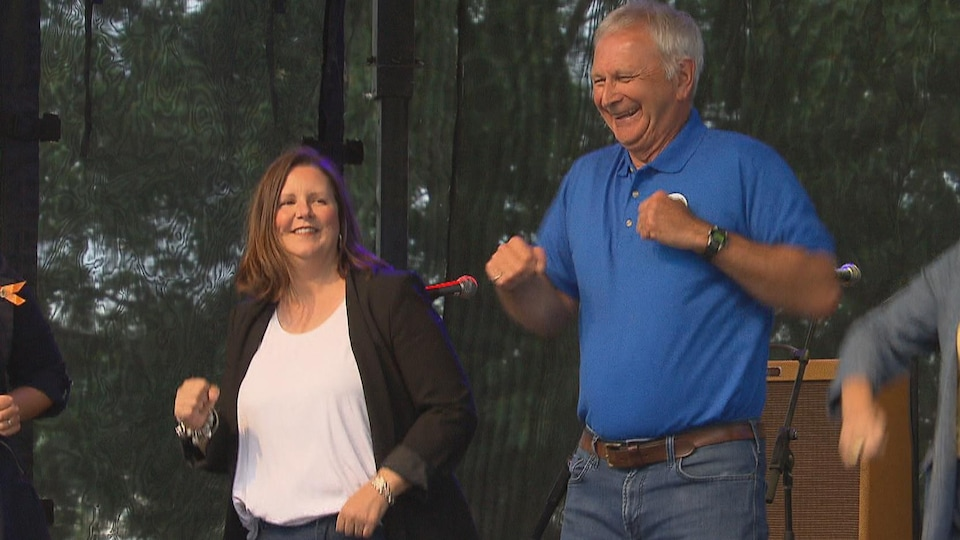 Jennifer Russell et Blaine Higgs qui dansent.