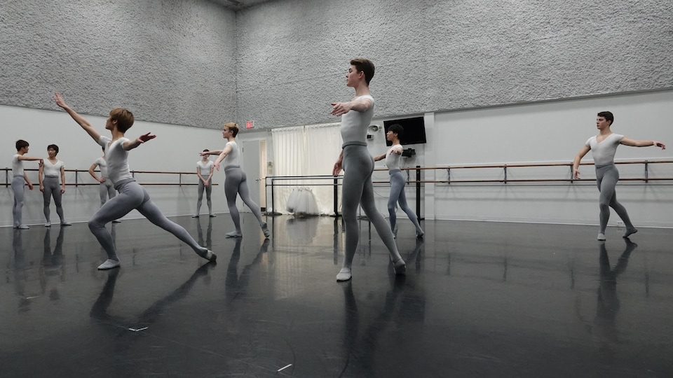 Un cours de danse de garçons.