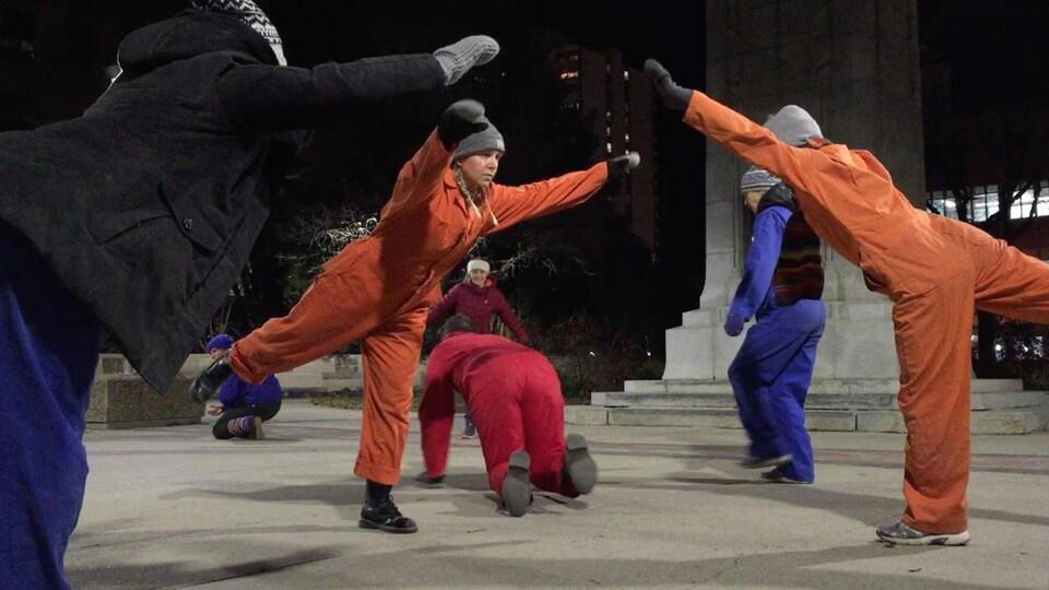 Une troupe de danseurs au centre-ville de Saskatoon.