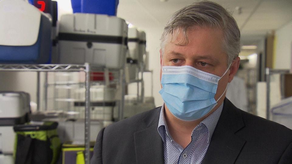 Dany Aubry porte un masque de procédure.
