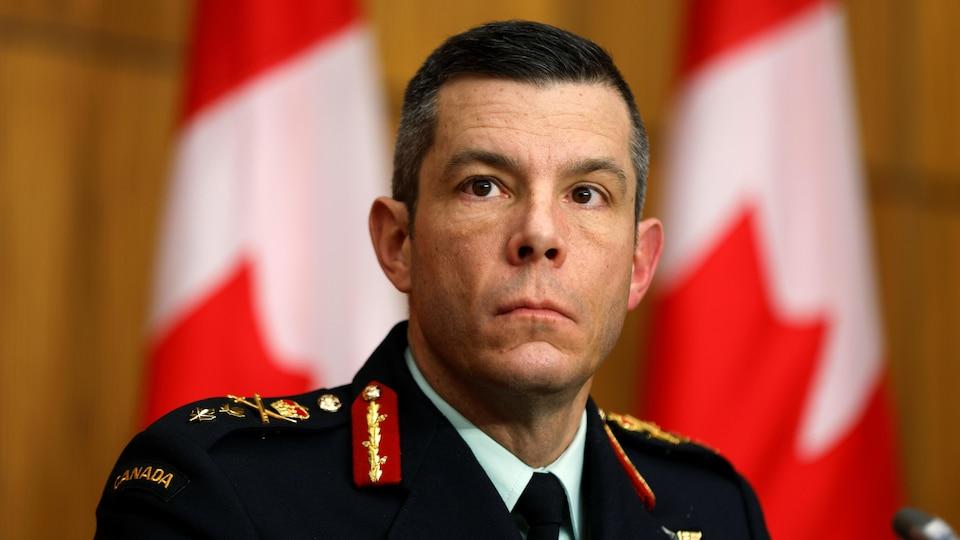 Le major-général Fortin en conférence de presse.
