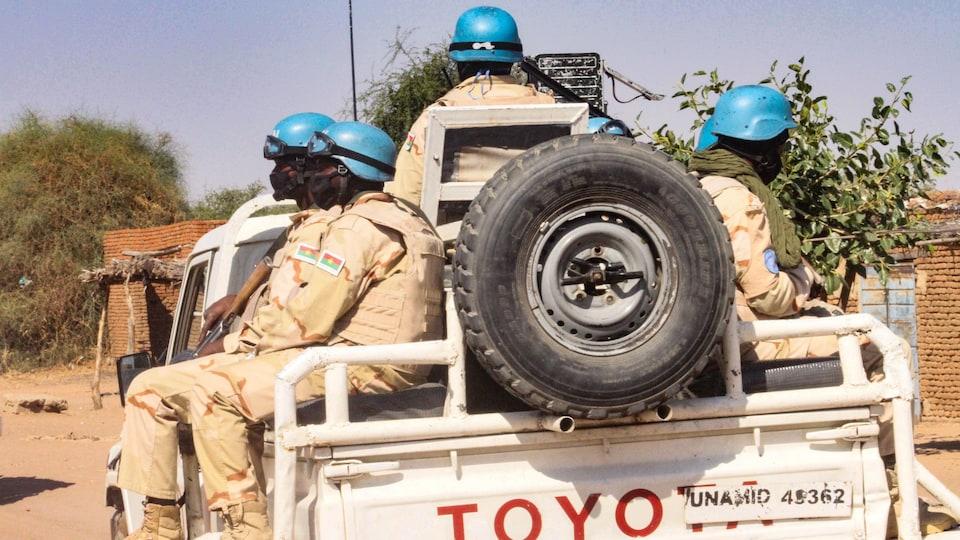 Des casques bleus dans un camion de l'ONU