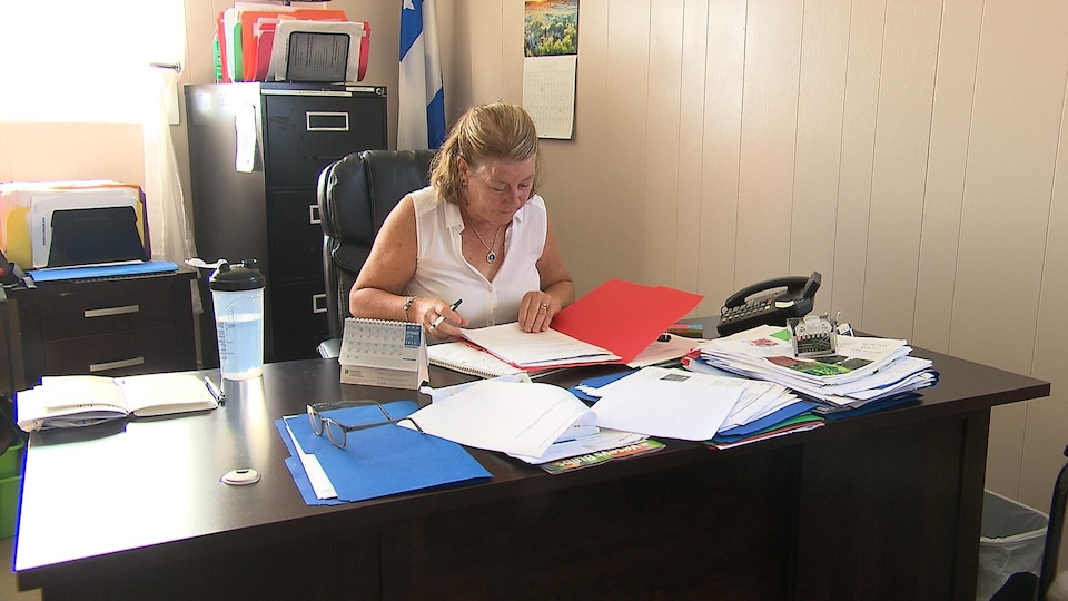 Darlene Rowsell-Roberts à son bureau.