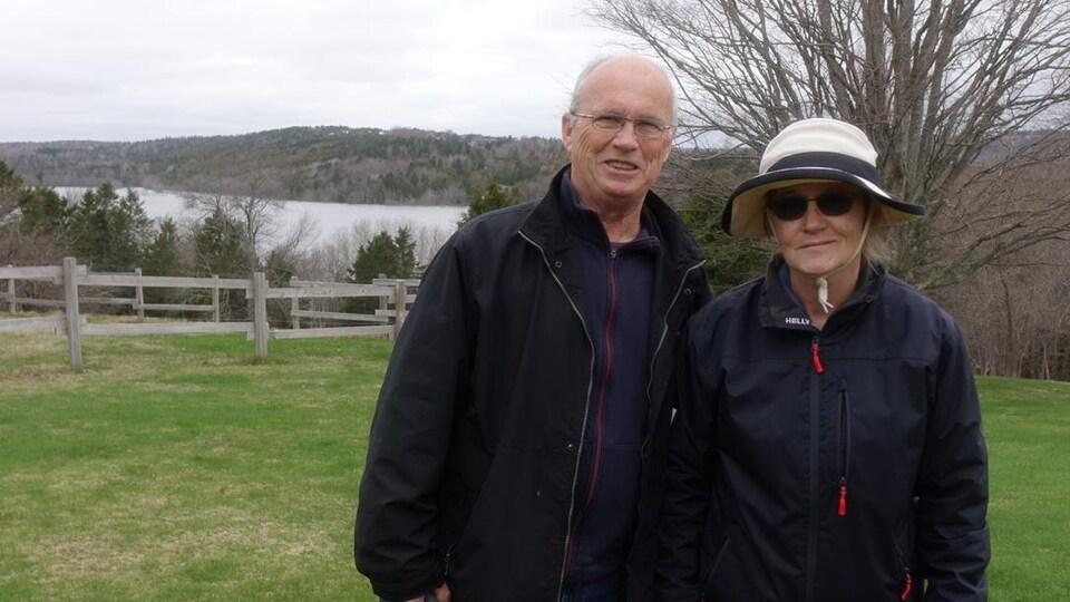 David et Cheryl Campbell sur leur terrain. Ils ne comprennent pas pourquoi le gouvernement demande aux résidents d'évacuer l'île, puisque la plupart des maisons sont construites loin de l'eau.