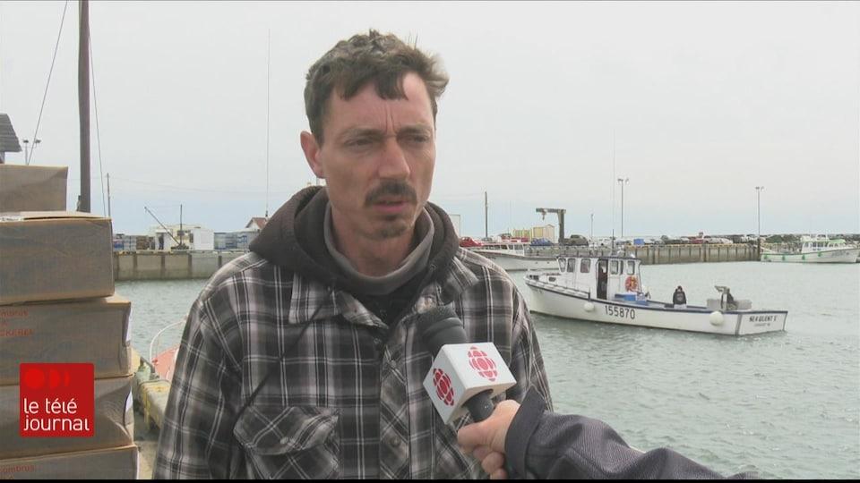 L'homme en entrevue sur le quai.
