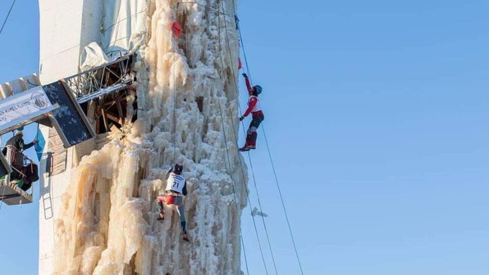David Bouffard en train d'escalader une tour de glace lors d'une compétition à Oulu, en Finlande.