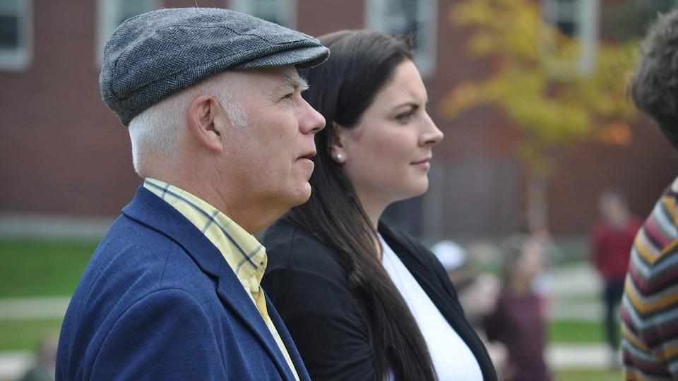 David Coon, chef du Parti vert du Nouveau-Brunswick et Jenica Atwin, candidate pour le Parti vert du Canada, lors du rassemblement mondial de grève pour le climat à l'Université du Nouveau-Brunswick.