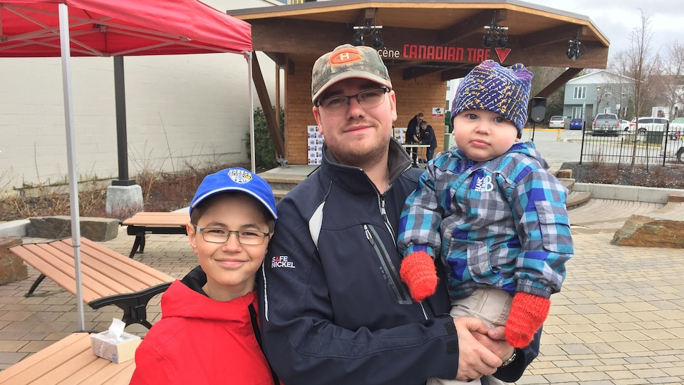 David Dorion et ses deux enfants ont participé à la Journée communautaire de Val-d'Or.