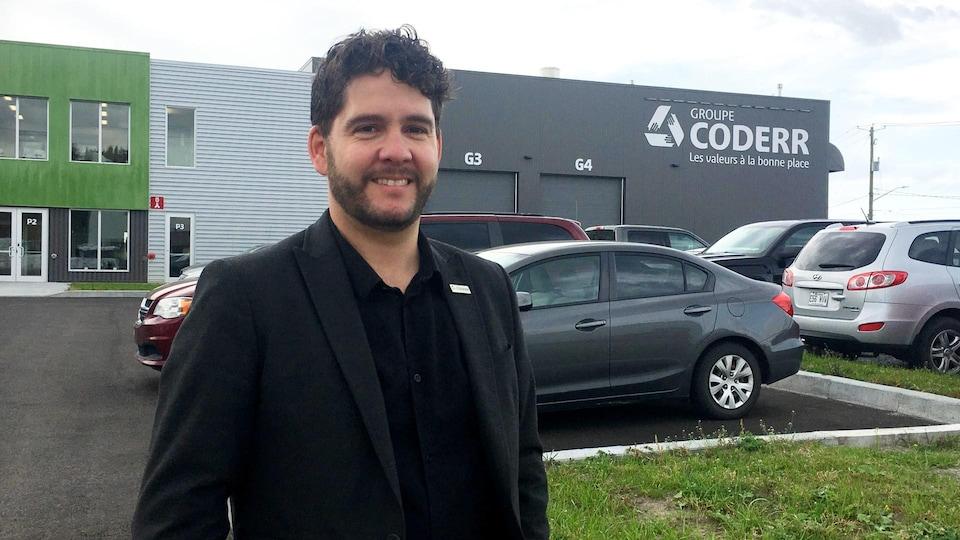 David Gosselin devant les bureaux du Groupe CODERR