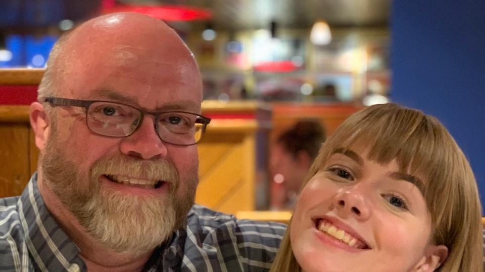 David Gray pose au côté de sa fille pour la photo.