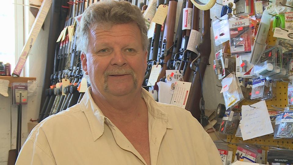 David MacKay, propriétaire d'un magasin de chasse et pêche