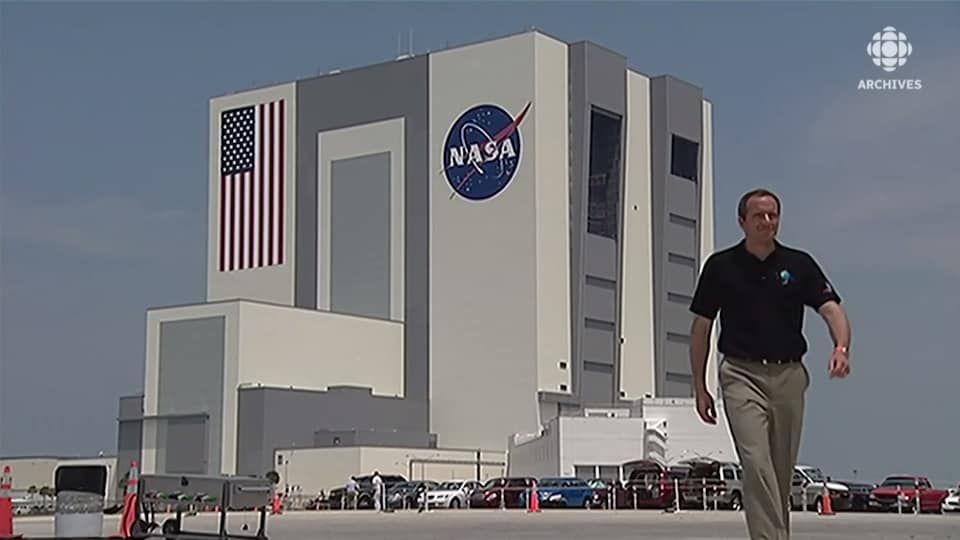 David Saint-Jacques marche devant les bâtiments de la NASA à Houston, au Texas.