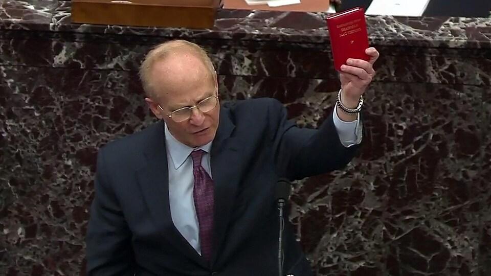 David Schoen, brandissant une copie du Petit Livre rouge de Mao devant les sénateurs.