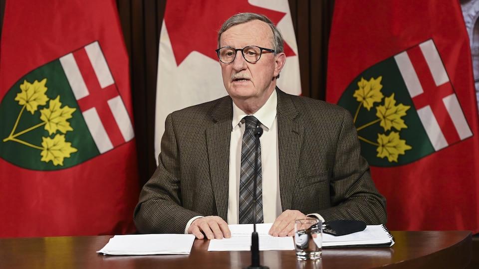 Le Dr David Williams, médecin hygiéniste en chef de l'Ontario, en conférence de presse.