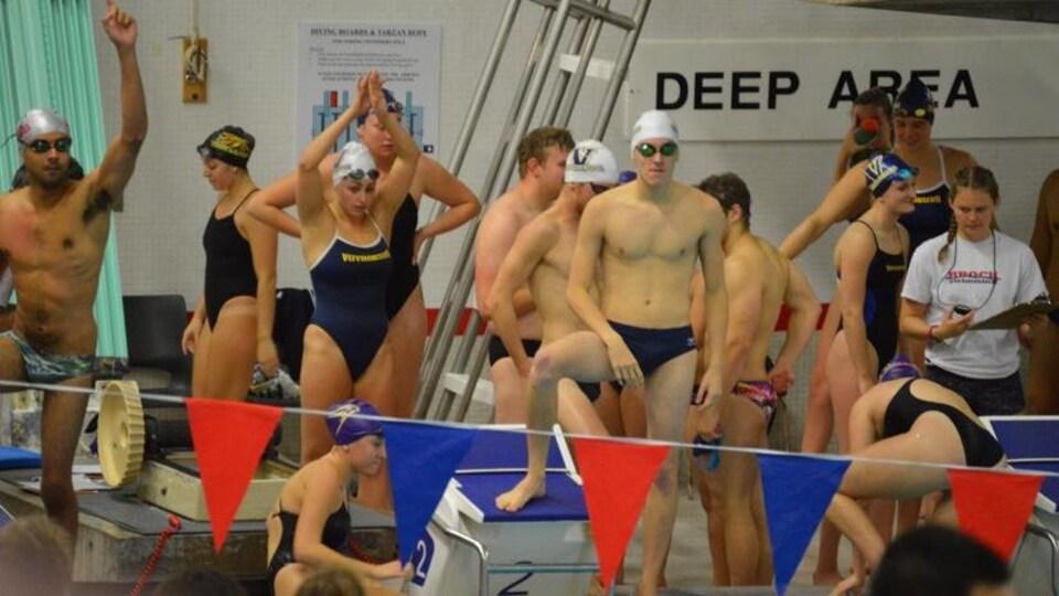 Daxton Timeriski entouré de nageurs.