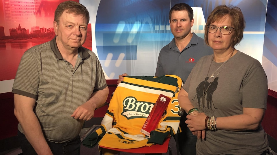 Les parents de Dayna Brons, Lyle et Carol, en compagnie de Stu Middleton de Hockey Gives Blood.
