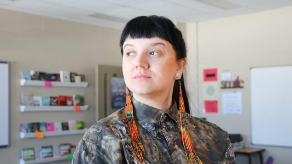 L'artiste autochtone et bispirituelle Dayna Danger dans une classe de l'école secondaire New Richmond High.