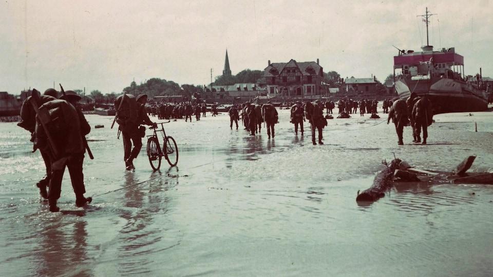 Des soldats canadiens débarquent sur une plage de Normandie en France, le 6 juin 1944.
