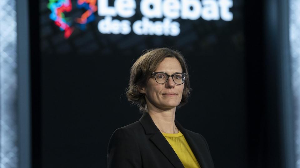 Hélène Buzzetti devant un logo du débat des chefs.