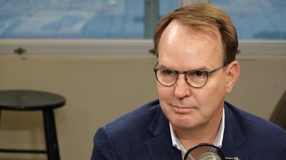 Le candidat du Parti libéral du Canada dans la circonscription de Gatineau, Steven MacKinnon prend part au débat organisé par l'équipe de l'émission Les Matins d'ici.
