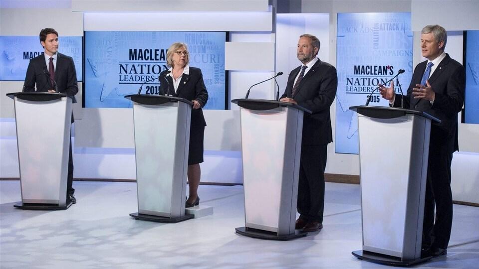 Le débat des chefs  pour l'élection fédérale de 2015. Justin Trudeau, à gauche, Elizabeth May, Thomas Mulcair et Stephen Harper