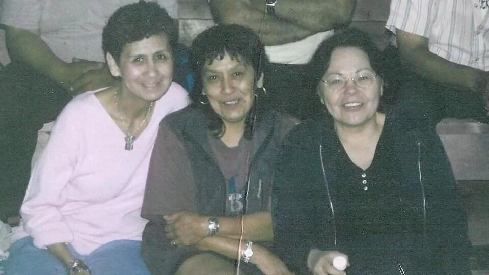 Trois femmes posent pour la caméra sur une photo d'archives.