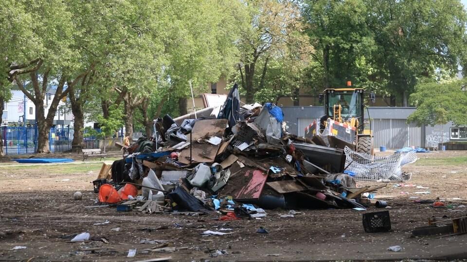 Un tas de débris dans le parc Oppenheimer.