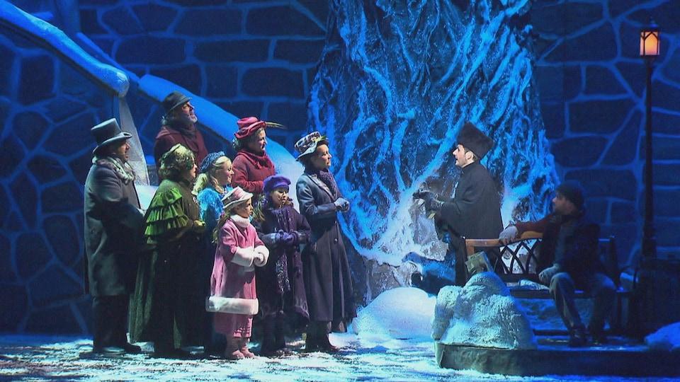 Des artistes du spectacle « Décembre » réunis sur scène.