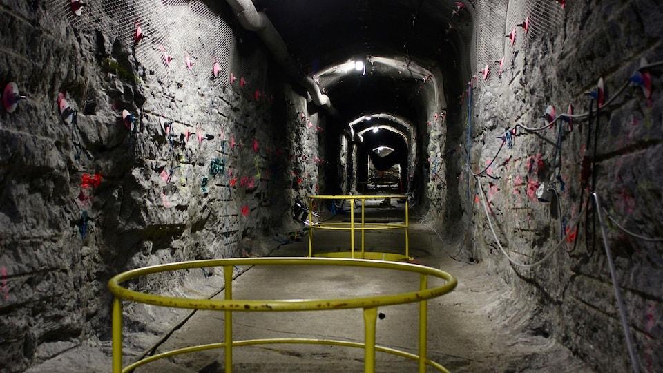 Un tunnel creusé dans la pierre.