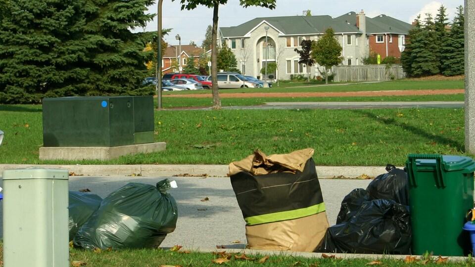Des déchets et du recyclage dans un quartier résidentiel.