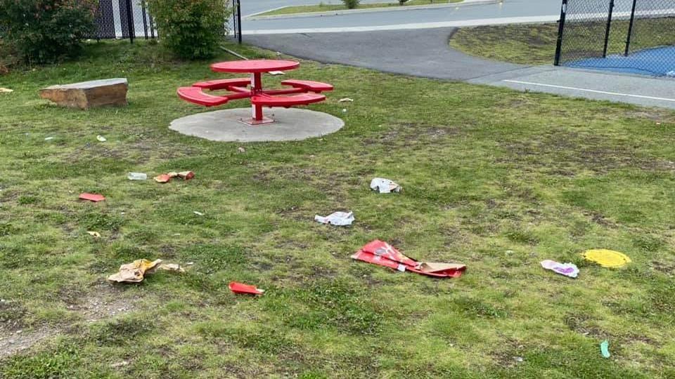 Des déchets sur le sol d'un parc.
