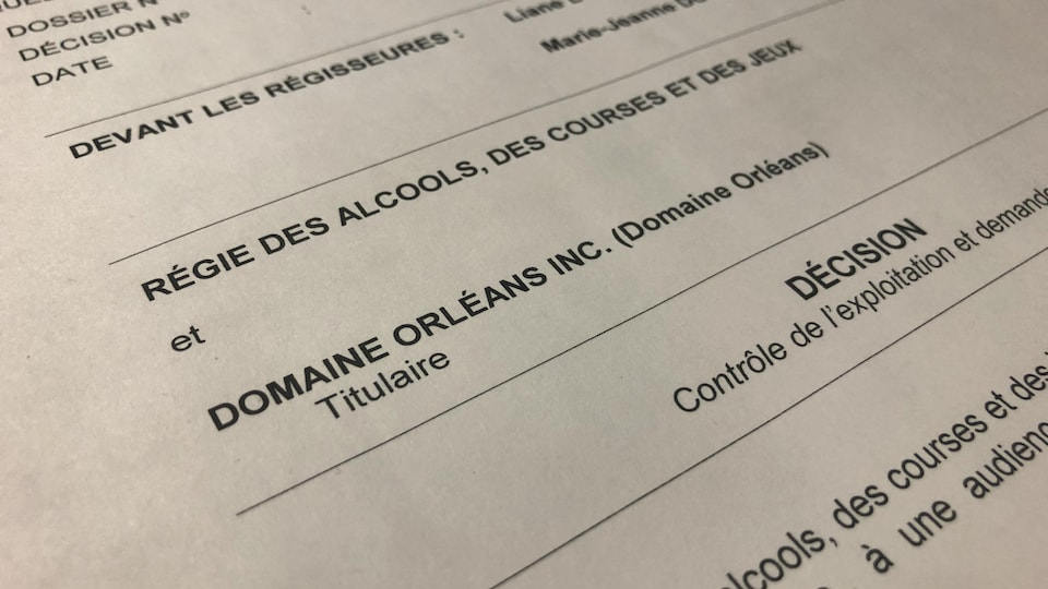 Gros plan sur un document détaillant une décision rendue par la Régie des alcools, des courses et des jeux à l'endroit du Domaine Orléans le 9 janvier 2020