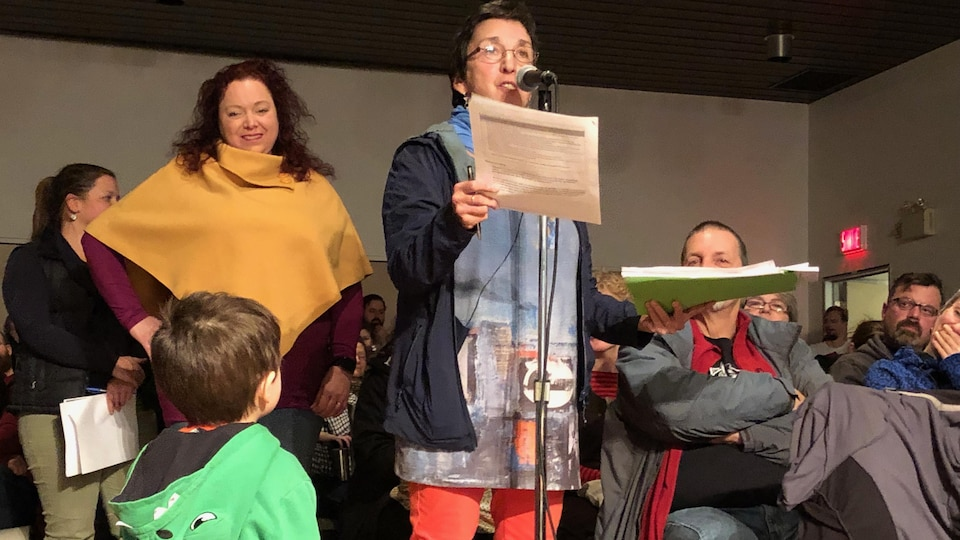 Au micro, l'instigatrice du mouvement rimouskois lié au dépôt de la Déclaration citoyenne universelle d'urgence climatique, Patricia Posadas.