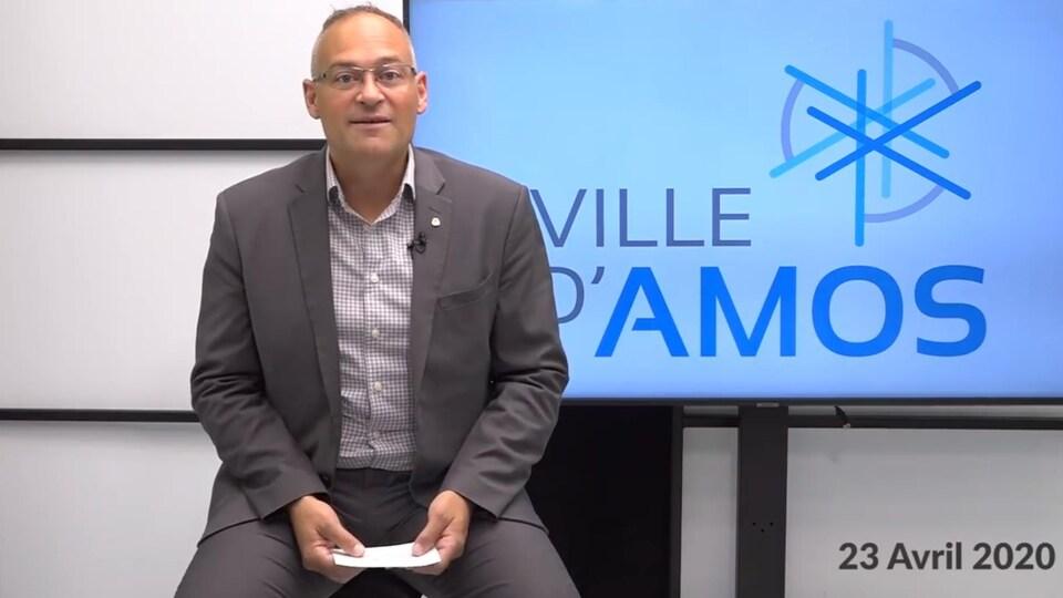 Le maire d'Amos, Sébastien D'Astous, assis devant un écran.