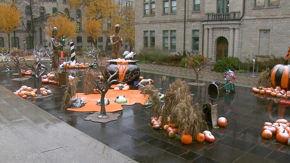 Des décorations d'Halloween à côté de l'Hôtel de Ville.