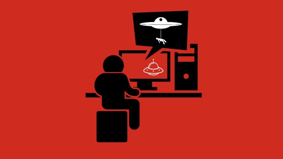 Un personnage regarde un ovni dans son  écran d'ordinateur.
